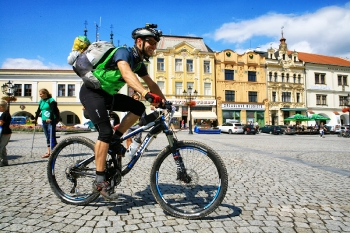 10 - Na de proloog springen we op de fiets voor de eerste 30 km mountainbike etappe.
