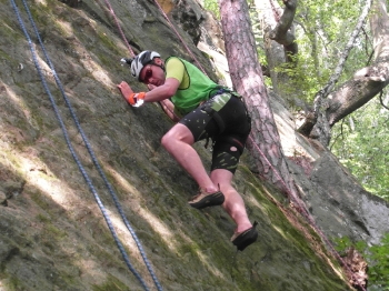 16 - Het klimmen valt mee dit jaar, en we klimmen alle routes uit. Dus geen strafrondjes. De mossige wrijvingsroutes vragen wel uiterste concentratie.